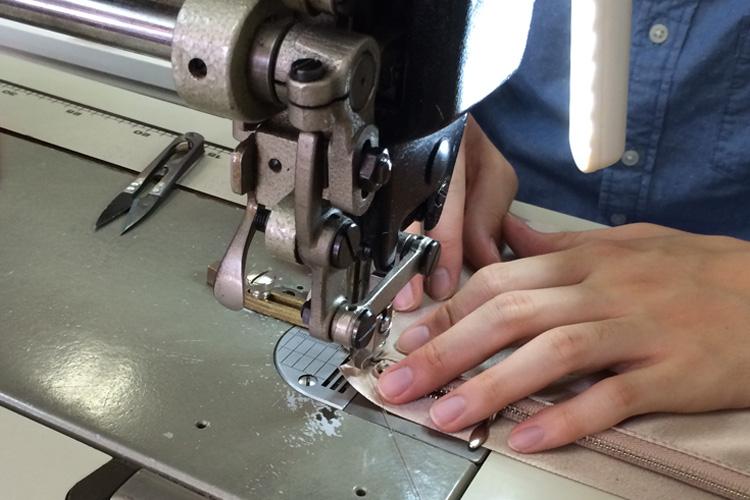 母子手帳ケースを縫製しているところ