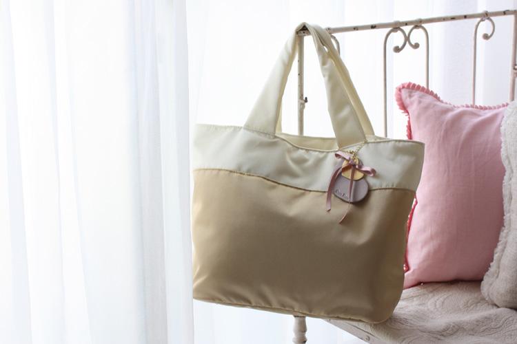 ナイロンのシンプルなトートバッグも、6月発売です