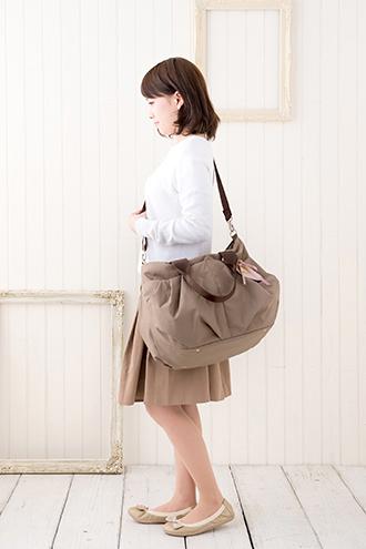 マザーズバッグをななめがけで持ったところのイメージ(モデル身長150cm)