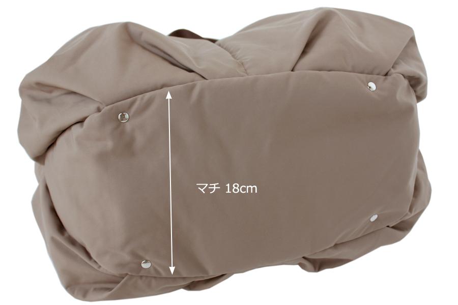 マザーズバッグの底面はマチが大きく、たっぷり入り自立します