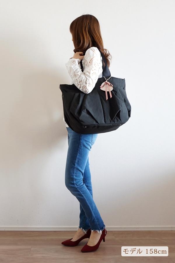 デニムスタイルでも合わせやすいママバッグ(肩掛け)モデル身長158cm