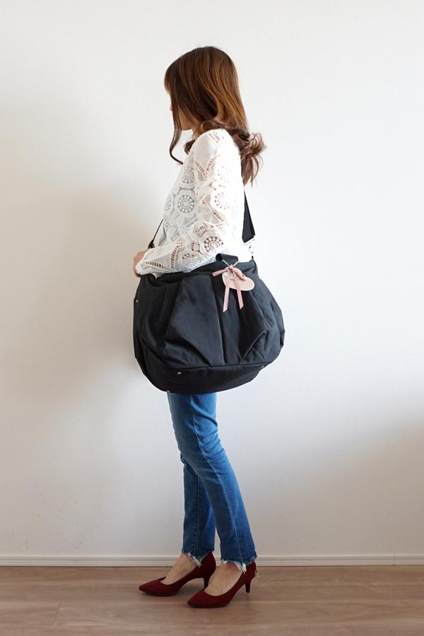 デニムパンツスタイルでも合わせやすいマザーズバッグ(斜めがけ)モデル身長158cm