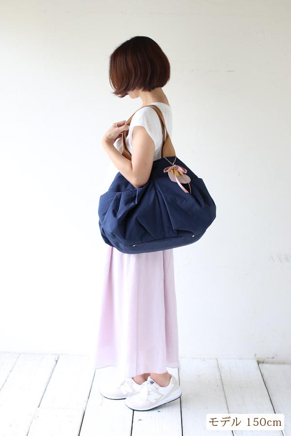 シンプルなきれいめカジュアル、夏のママコーデのマザーズバッグ(肩掛け)モデル身長150cm