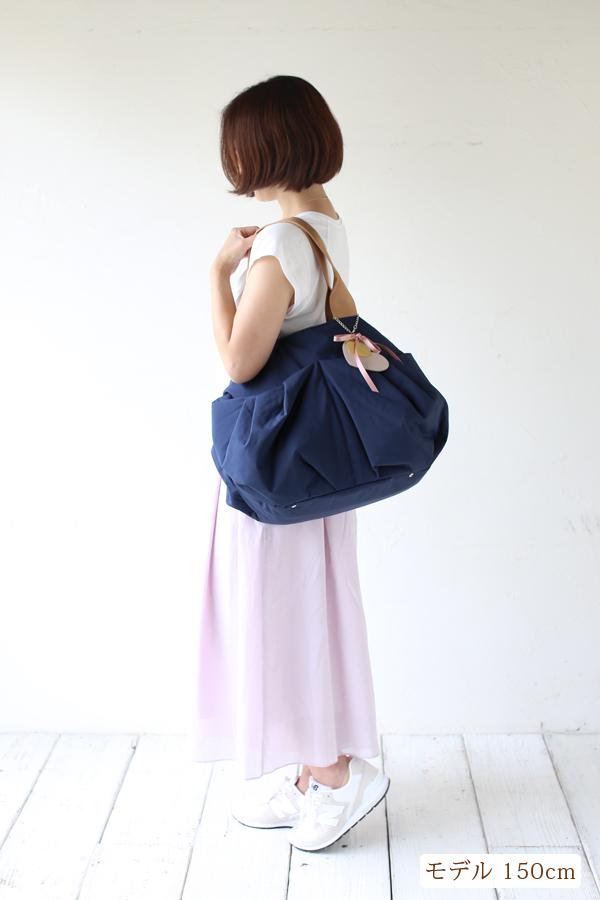 シンプルなきれいめカジュアル(スニーカー)夏のママコーデのマザーズバッグ(ななめがけ)モデル身長150cm