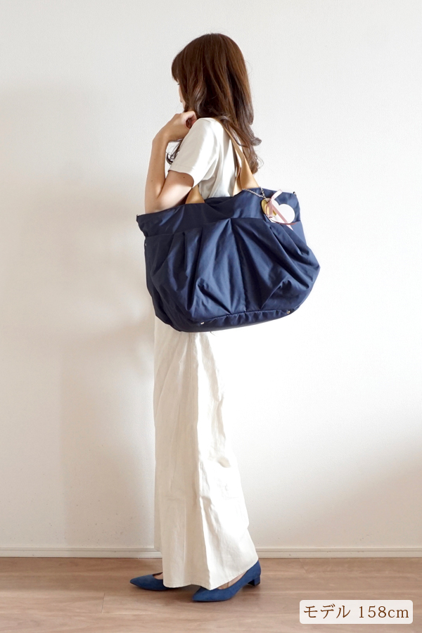 パンツスタイルでも合わせやすいママバッグ(肩掛け)モデル身長158cm