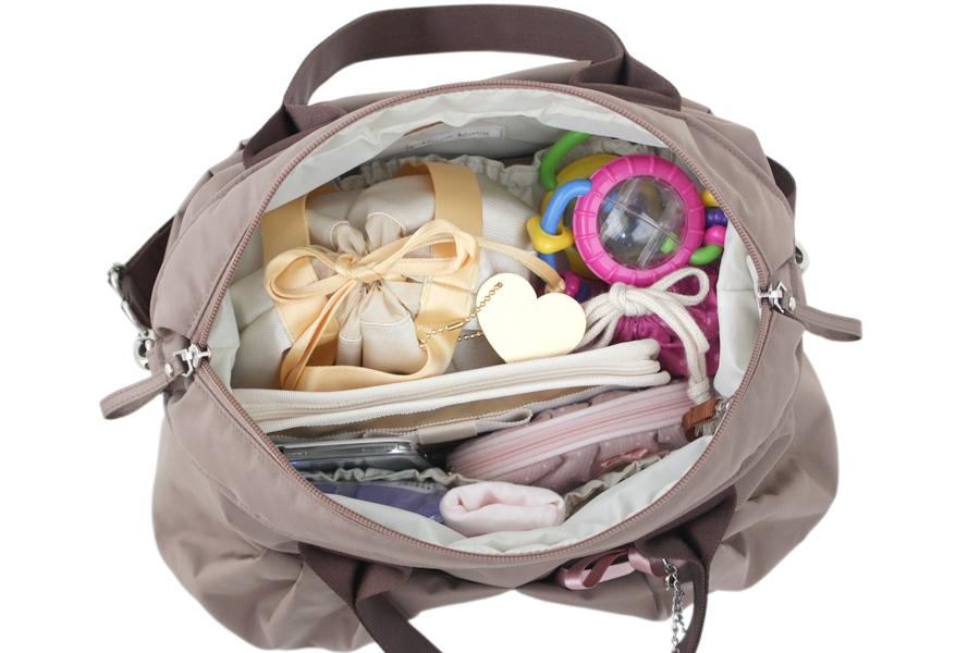 マザーズバッグにポイント9の持ち物をすべて入れたところです
