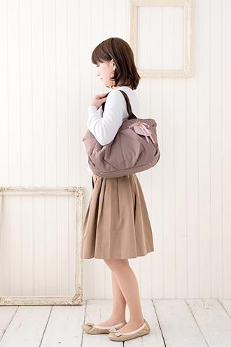 マザーズバッグを肩掛けで持ったところのイメージ(モデル身長150cm)