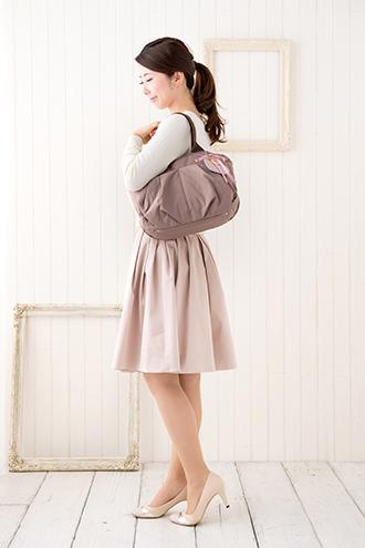 マザーズバッグを肩掛けで持ったところのイメージ(モデル身長160cm)