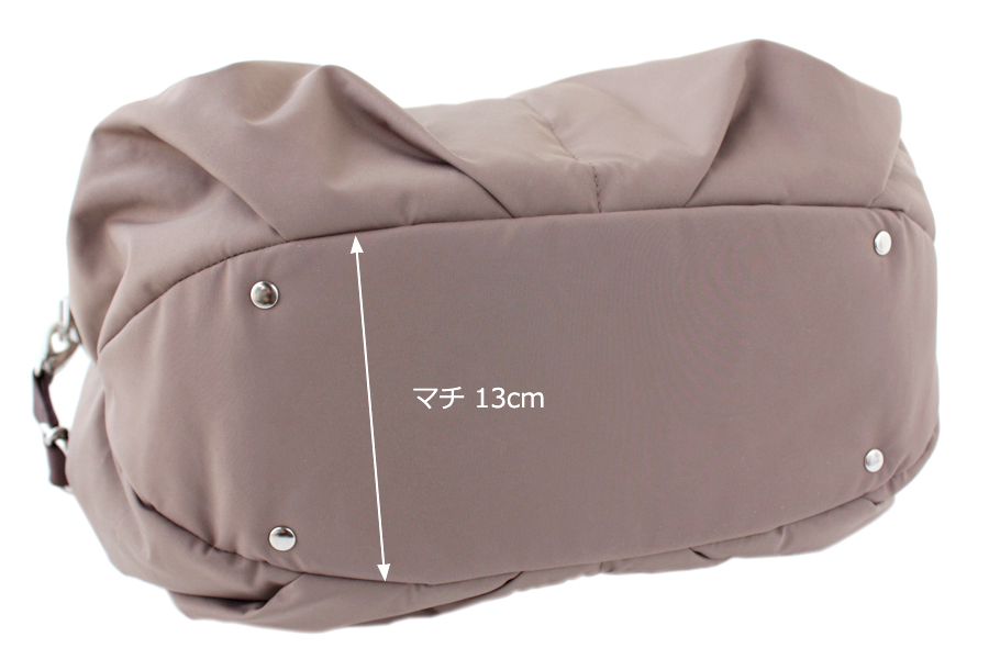 マザーズバッグ、飾り鋲のついた舟形の底面。マチが大きく自立します