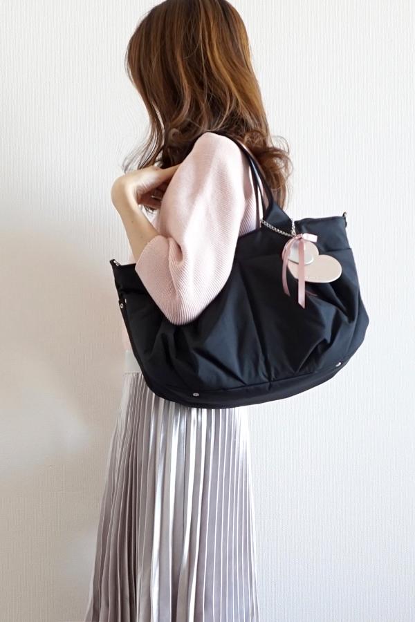 Mサイズのコンパクトなママバッグ 使い勝手よく、キレイめの服装に合わせやすい♡