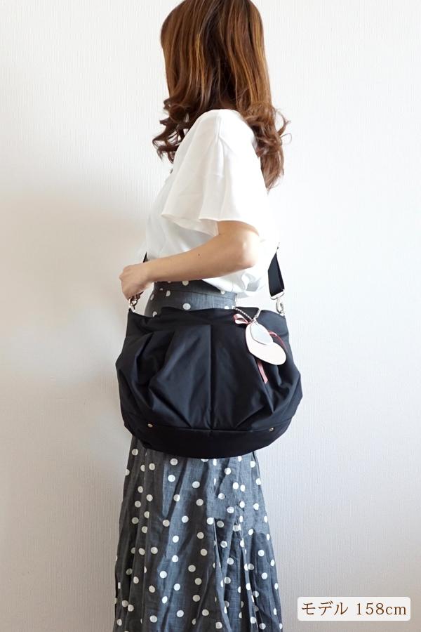 1. どんな服装にも合わせやすいコンパクトなママバッグ モデル身長158cm
