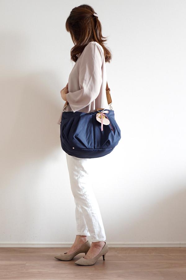 パンツスタイルでマザーズバッグ(斜めがけ)、ママコーデ