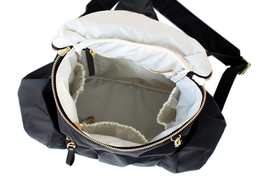 ママリュックの中の仕様は、使いやすいゴム口の内ポケットが3つ付いていて、サイドはペットボトルや哺乳瓶などを立てて入れることができます