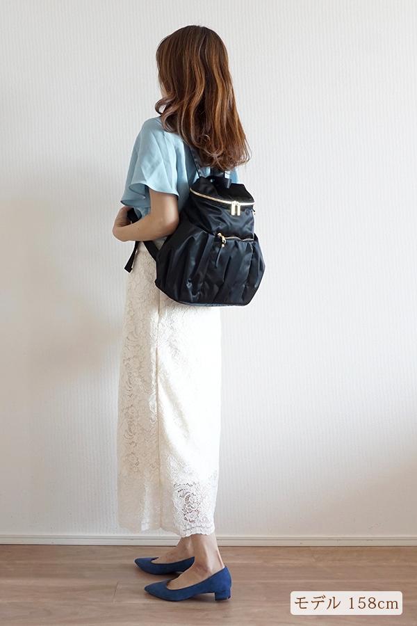 シンプルなタイトスカートにも合う小さめマザーズリュック