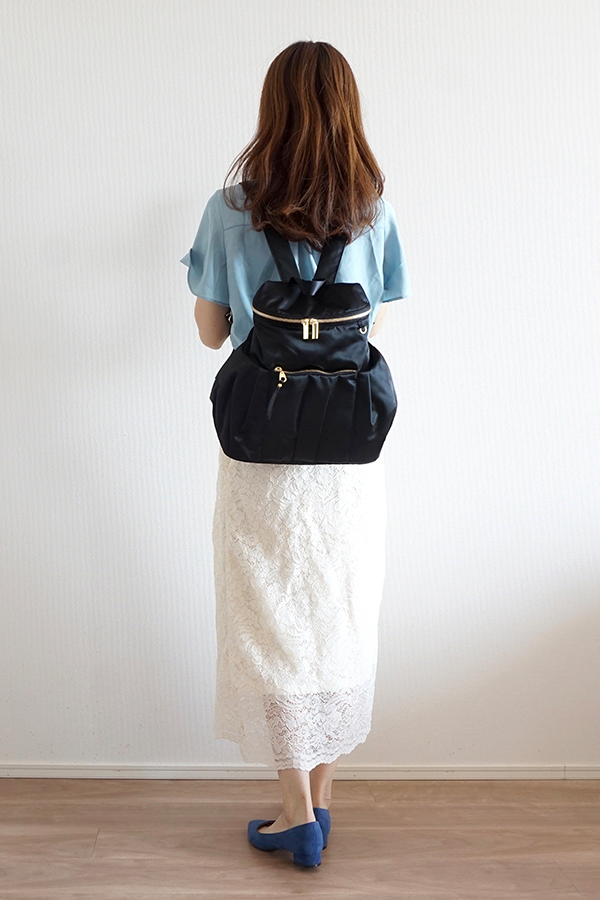 シンプルなタイトスカートにも合う小さめマザーズリュック(背面)