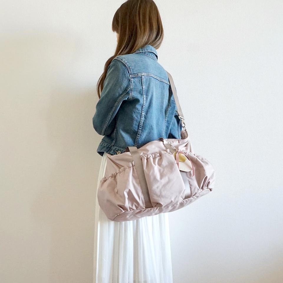 ピンクのマザーズバッグ、ななめがけ