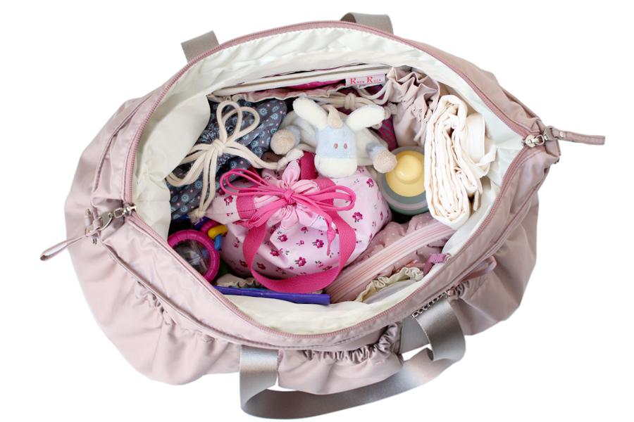 ベビーと1日おでかけする時の持ち物をママバッグにすべて入れたところ