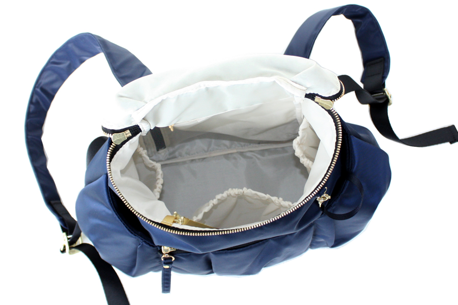 ママリュックの中の仕様は使いやすいゴム口の内ポケットが3つ付いていて、サイドはペットボトルや哺乳瓶などを立てて入れることができます