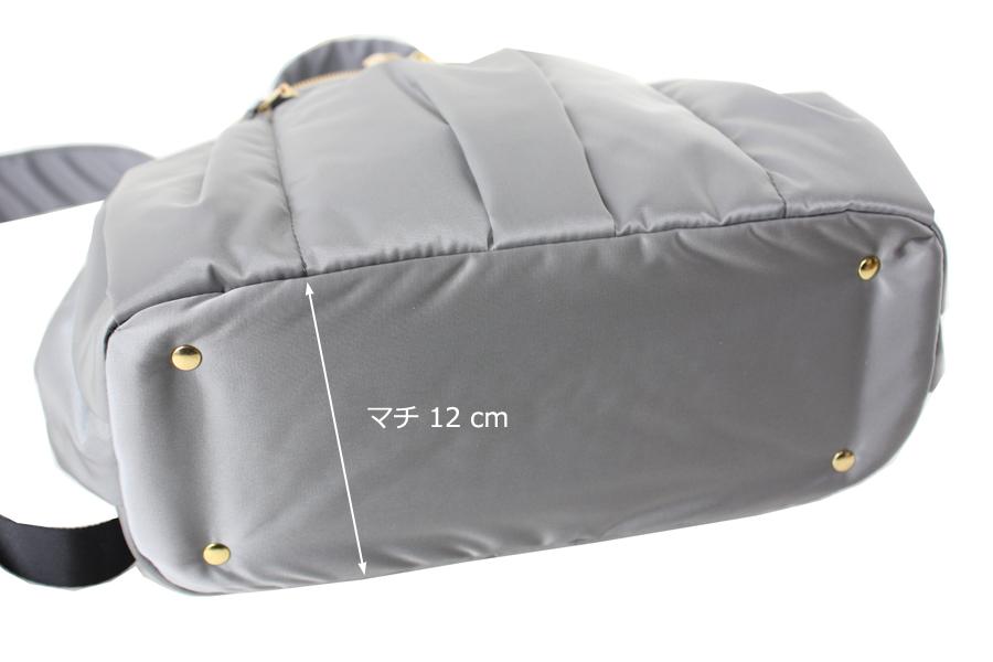 ルカルカのマザーズリュック ミニはマチが12cmあり、底板が入ってしっかりしています。ゴールドカラーの底鋲が4点ついています