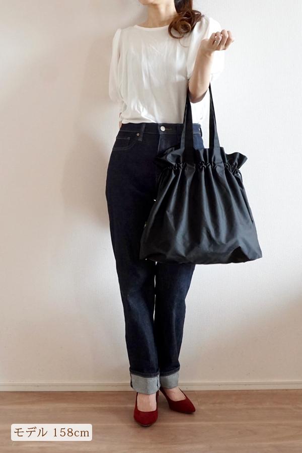 デニムスタイルでも合わせやすいママのエコバッグ(ひじ掛け)モデル身長158cm