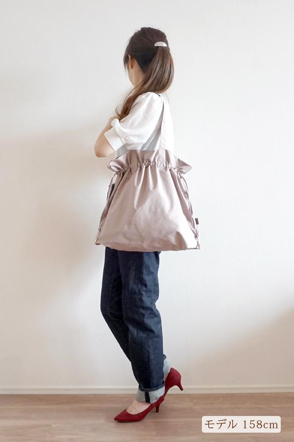 デニムパンツスタイルでも合わせやすいエコバッグ、洗濯、アイロンOKです(肩掛け)モデル身長158cm