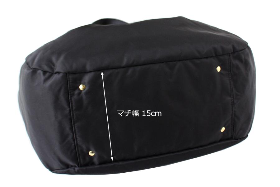 飾り鋲のついたマザーズバッグの底面、マチが15cmあり、自立します
