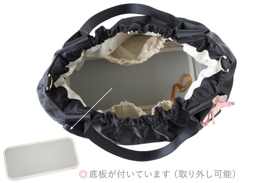 マザーズバッグの中は、撥水加工で衛生的、色が明るく物が見やすい(底板付き)