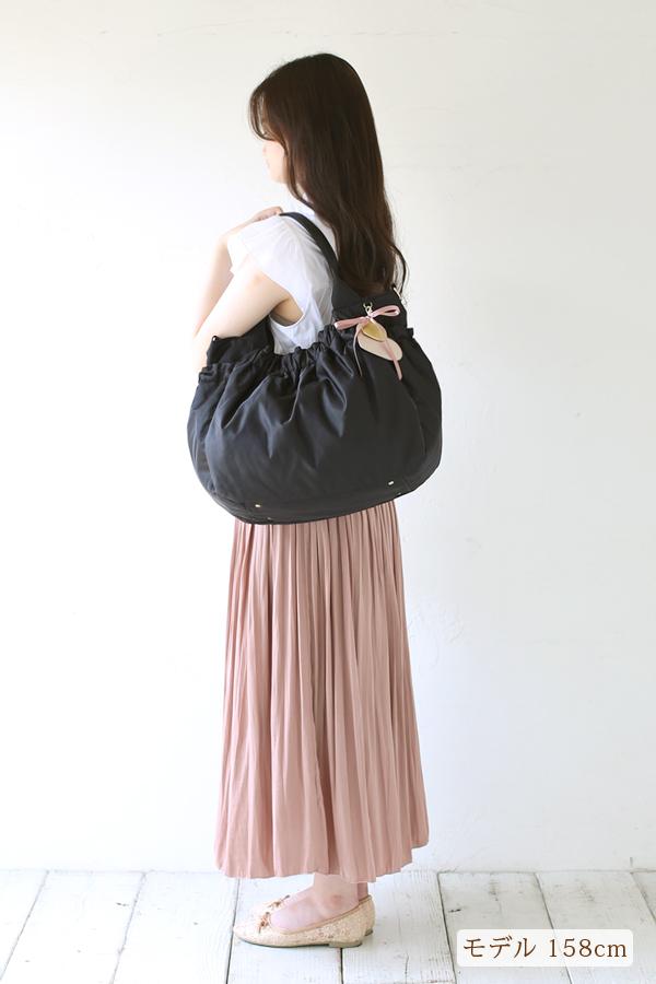 お仕事やあらたまった場所でも、服装に合うマザーズバッグ(肩掛け)モデル身長158cm