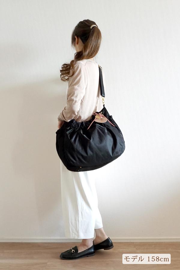 フレアパンツスタイルでも合わせやすいマザーズバッグ(斜めがけ)モデル身長158cm