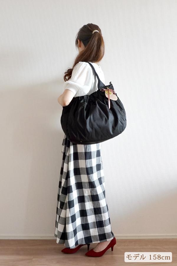 シンプルなきれいめカジュアル(チェック柄)にも合うマザーズバッグ(肩掛け)モデル身長158cm