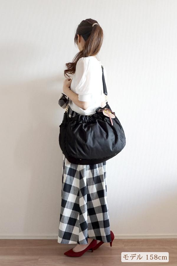 きれいめカジュアルママコーデ(チェック柄)のマザーズバッグ(斜めがけ)モデル身長158cm