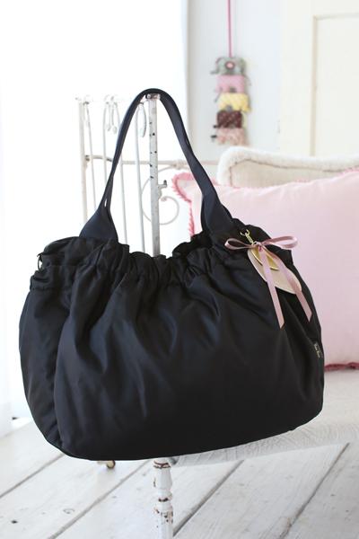 キレイめの服装にもカジュアルな服装にも合う定番のシンプルデザインマザーズバッグ
