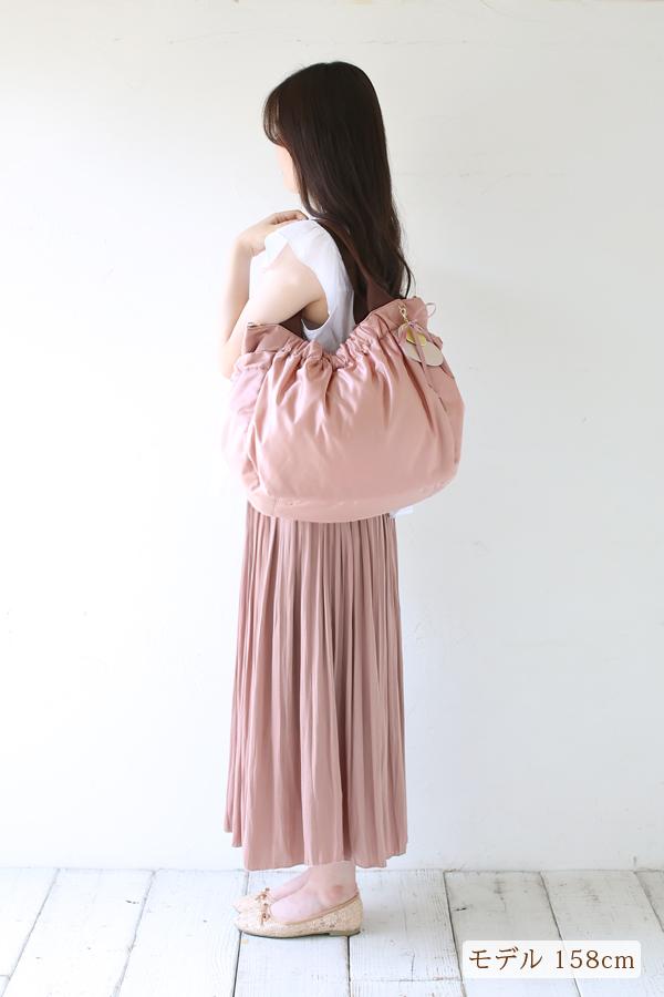 お仕事や洗練された場所でも、服装に合う可愛いマザーズバッグ(肩掛け)モデル身長158cm