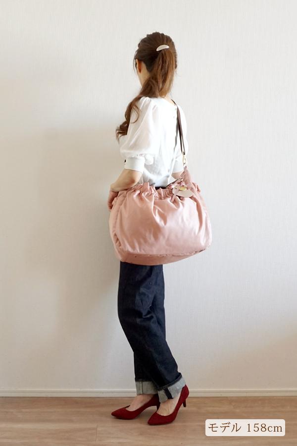 デニムスタイルでも合わせやすいマザーズバッグ(斜めがけ)モデル身長158cm