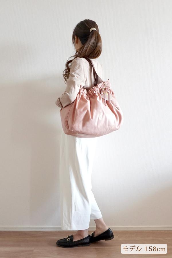 パンツスタイルでも合わせやすい可愛いママバッグ(肩掛け)モデル身長158cm