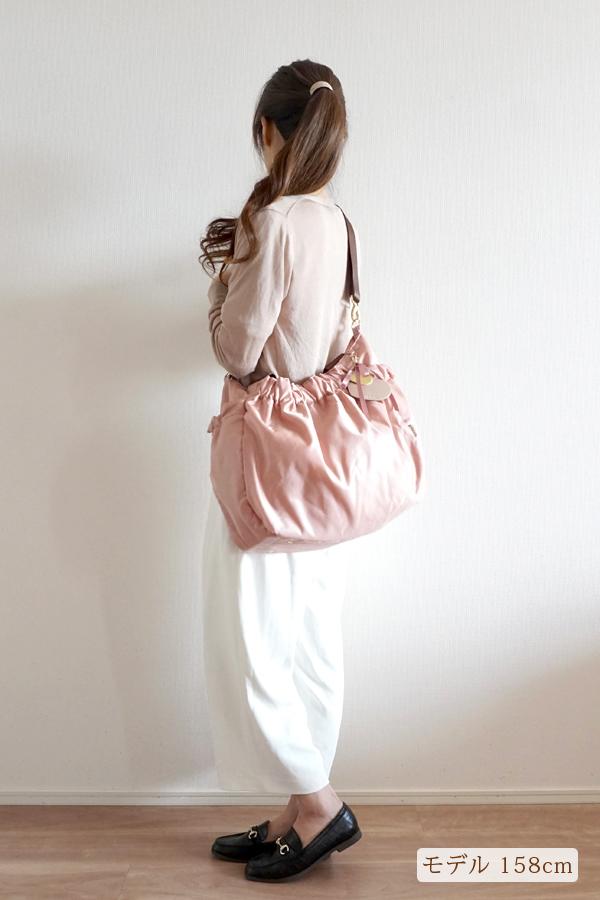 フレアパンツスタイルでも合わせやすいかわいいマザーズバッグ(斜めがけ)モデル身長158cm
