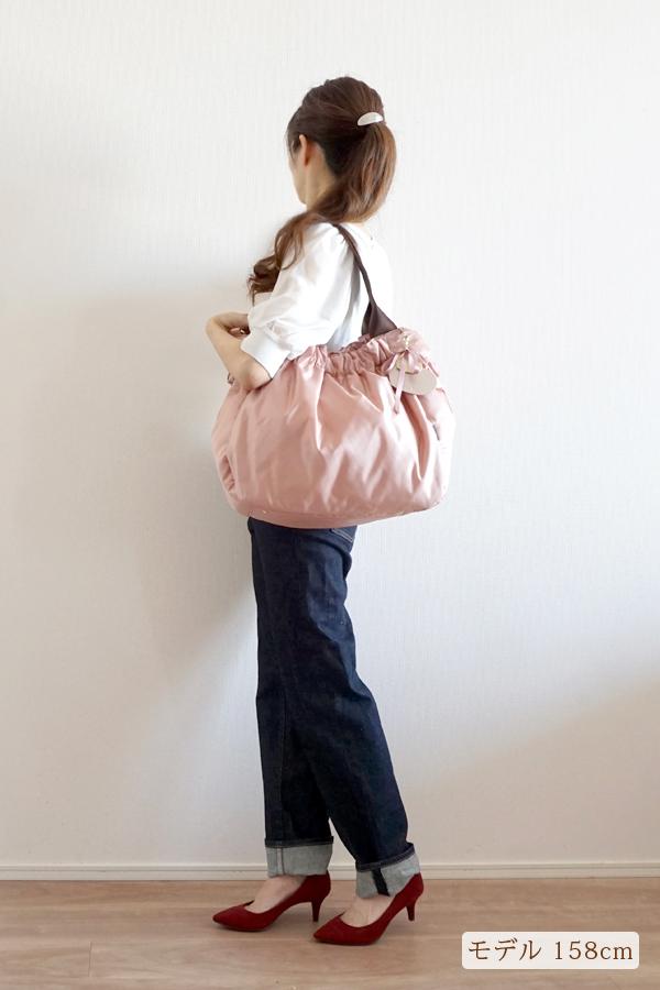 デニムスタイルでも合わせやすいかわいいママバッグ(肩掛け)モデル身長158cm