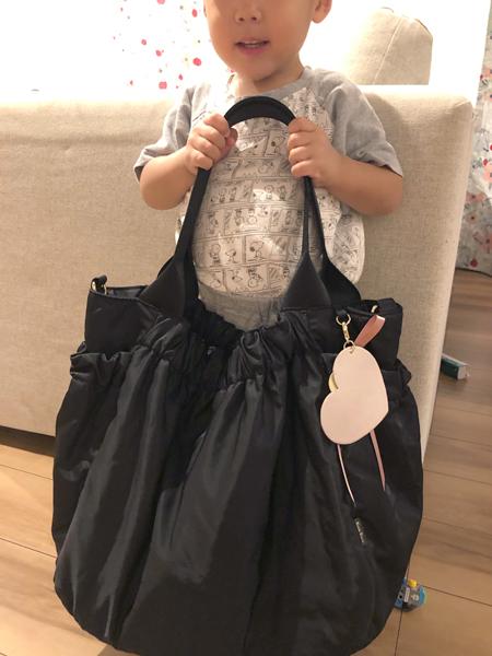 このマザーズバッグは素材が柔らかく子供に当たっても気になりません